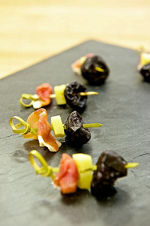 brochettes-speck-fromage-pruneau